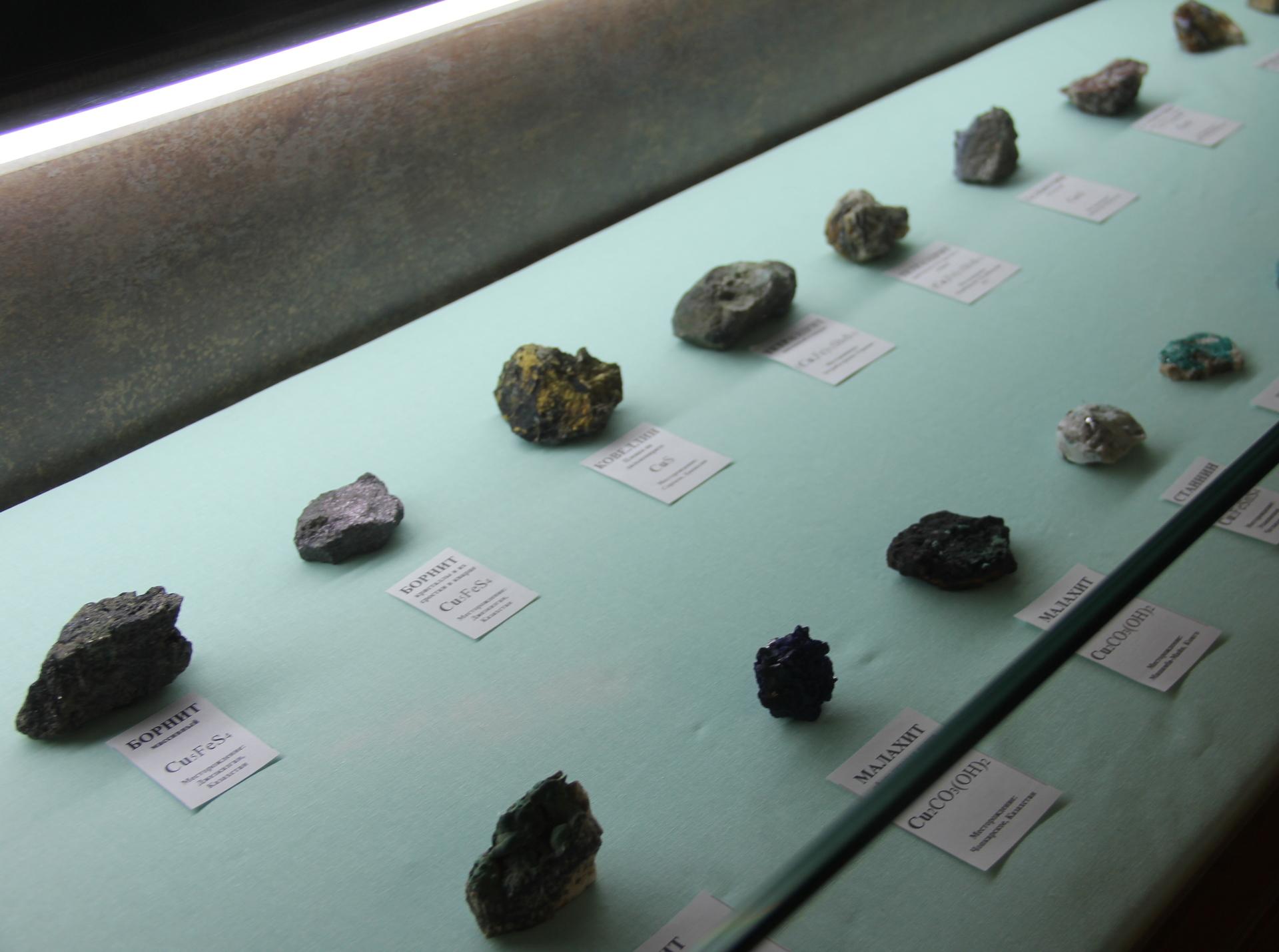 Коллекция медесодержащих минералов - минералов из которых добывают медь.